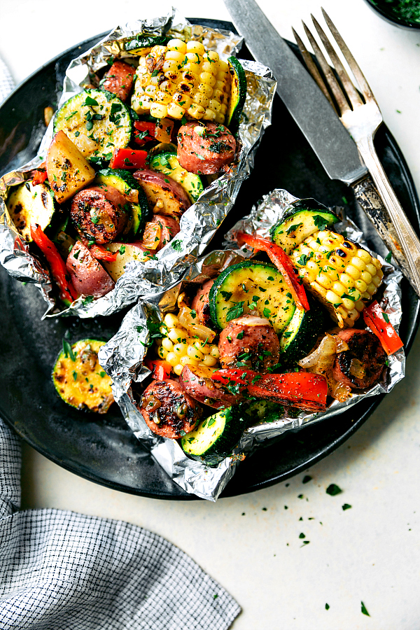 These-delicious-and-easy-tin-foil-packets-are-so-quick-to-assemble-They-are-packed-with-sausage-tons-of-veggies-and-the-best-seasoning-mix.-Recipe-chelseasmessyapron.com